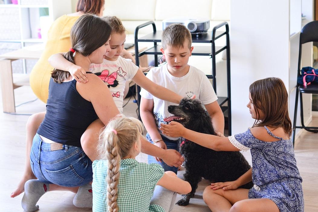 001 Mažųjų stovyklautojų pirmasis susitikimas su šuniuku.