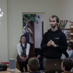 vsi-robotikos-mokyklos-atstovai-veda-idomiaja-robotikos-pamoka